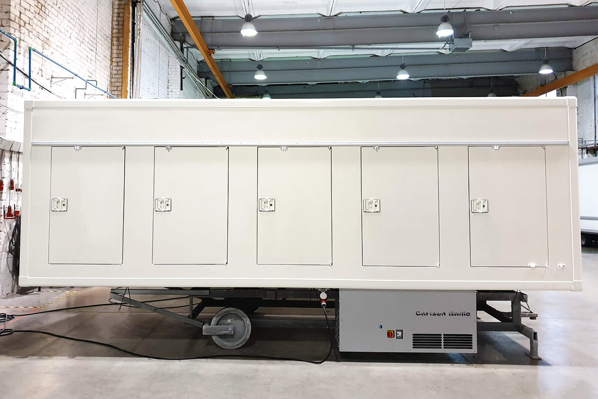 Refrigerated truck body with cooling unit outside