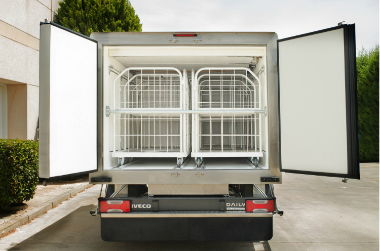 Refrigerated truck with rear doors and trolleys
